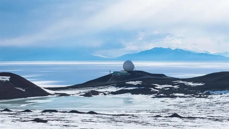 The ice-covered McMurdo Sound can be seen in front of the distant Royal Society Range (source: NSF)